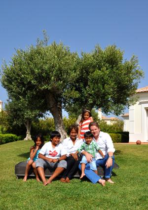 Chitra und Roman Stern mit ihren Kindern